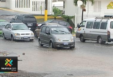 Lluvias de las últimas horas provocaron inundaciones y deslizamientos en al menos 13 cantones del país