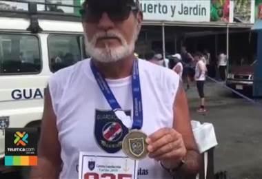 Adulto de 61 años usa un bordón para cumplir su sueño: competir en carreras de atletismo