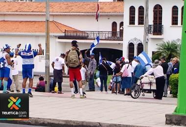 Varios nicaragüenses se manifestaron este domingo en San José para pedir un alto a la represión en su país.