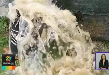 Vecinos de Curridabat están preocupados por un enorme desperdicio de agua en una construcción