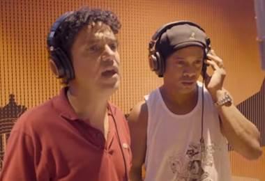 Ronaldinho muestra sus dotes de rapero en una canción contra la corrupción