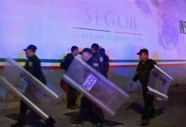 Policía vigila estación migratoria en México. Foto AFP