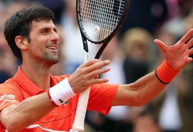 Djokovic pasa a tercera ronda en París con su hijo en la grada