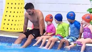 La hija de Natalia Monge inicia clases de natación