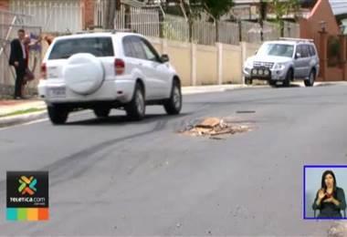 Hundimiento en transitada calle de Desamparados preocupa pone en peligro a miles de conductores
