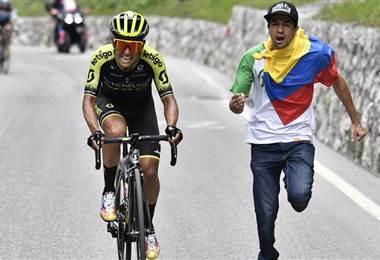 Colombiano Esteban Chaves gana la etapa y el ecuatoriano Carapaz sigue líder en el Giro