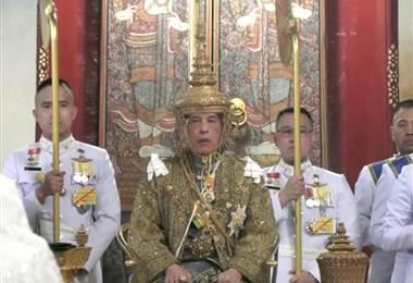 La corona del nuevo monarca pesa siete kilos