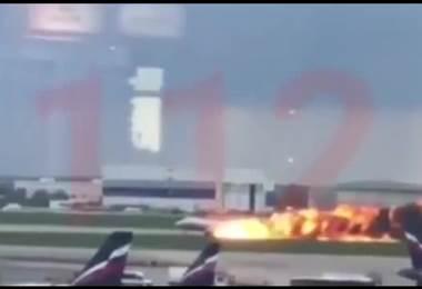 Un avión de pasajeros se incendia en Moscú