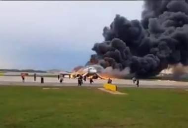 Avión se incendia en Moscú