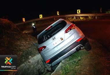 Tres personas resultaron heridas tras caer en una cuneta el carro en que viajaban