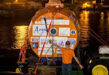 Jean-Jacques Savin cruzó en Océano Atlántico en un barril. Foto AFP