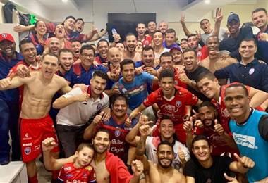 El plantel completo de San Carlos celebra su triunfo en el camerino | CORTESÍA PRENSA SAN CARLOS