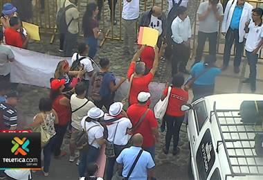Representantes de colegios se manifiestan para exigir salida de ministro de Educación