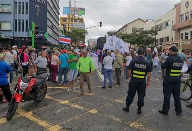 Manifestación de representantes de colegios frente a Plaza Rofas  Dagoberto Alfaro.