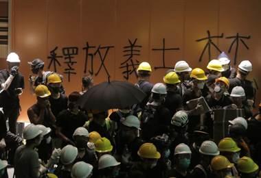 Manifestantes entran por la fuerza al Parlamento