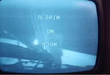 Compilado de imágenes muestra las reacciones de las personas cuando el hombre llegó a la luna