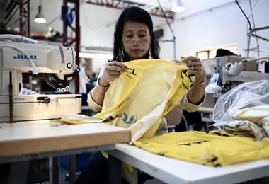 Una mujer se encarga de realizar uno de los maillots que se usan en el Tour de Francia | AFP