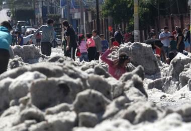 Una inusual granizada cubrió algunas áreas de la zona metropolitana de Guadalajara. AFP