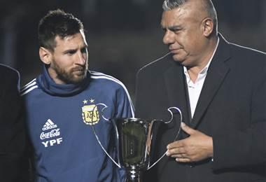 Lionel Messi junto al presidente del fútbol argentino, Claudio Tapia | AFP