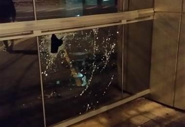 Ventanal dañado en Televisora de Costa Rica.