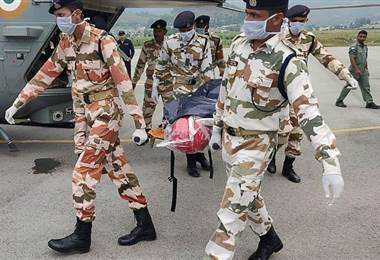 Socorristas evacuaron los cuerpos de siete alpinistas muertos en el Himalaya