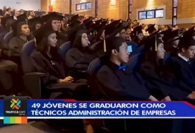 49 jóvenes del programa 'Soy Cambio' se graduaron como técnicos en administración de empresas