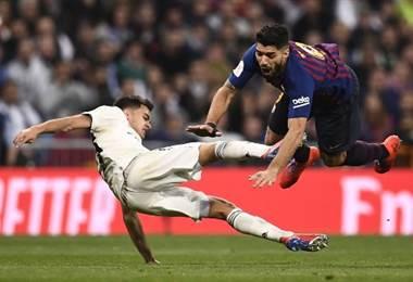 Sergio Reguilón elude la marca de Luis Suárez | AFP
