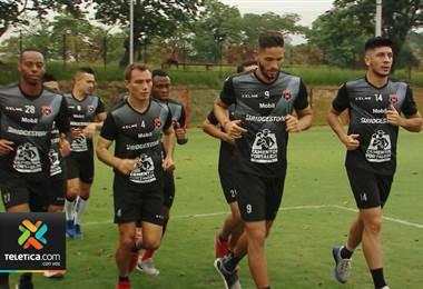 Andrés Carevic analizaría colocar hasta tres delanteros en Alajuelense