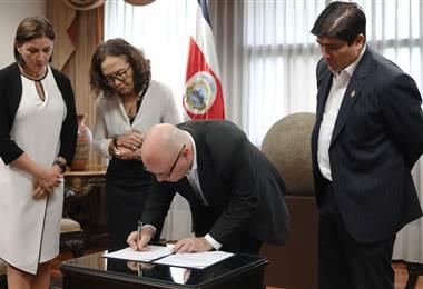 Firma de reforma a leyes en Casa Presidencial.