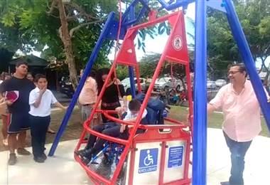 Columpio para personas en silla de ruedas en Parrita.
