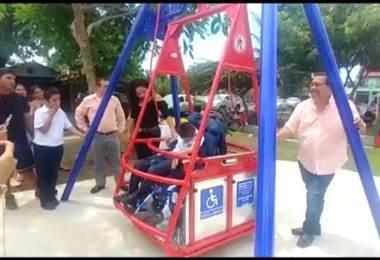 Columpio para personas en silla de ruedas es la sensación en remozado parque inclusivo de Parrita