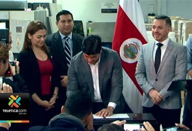 Presidente Carlos Alvarado firmó la nueva ley de formación dual
