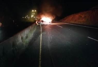 Video: Dos personas fallecidas tras vuelco e incendio de vehículo liviano en la ruta 27