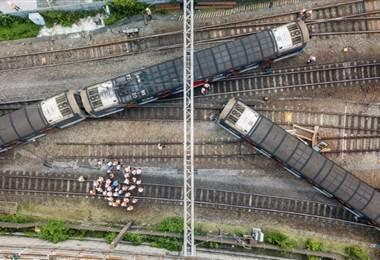 Tren descarillado en Hong Kong