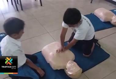 81 niños y 15 educadores se capacitaron para salvar vidas en curso de primeros auxilios