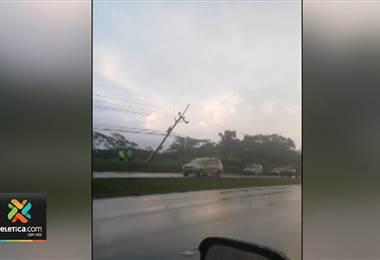 Fuertes lluvias ocasionaron caída de un árbol y varios postes sobre la ruta 27