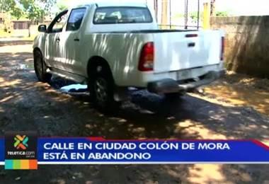 Vecinos de Ciudad Colón se quejan de calle por la cual se les hace muy complicado transitar