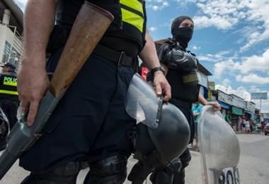 Policía costarricense en la frontera con Panamá |AFP.