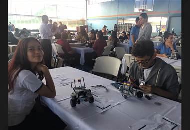 Estudiantes disfrutan la robótica como estrategia de prevención contra las drogas