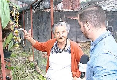 Doña Ibelice le da clases a adultos mayores para que terminen su escuela