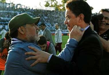 Diego Maradona y Marcelo Gallardo se saludan previo al juego entre ambos en la Superliga argentina | AFP