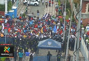 Manifestaciones en las afueras de Asamblea