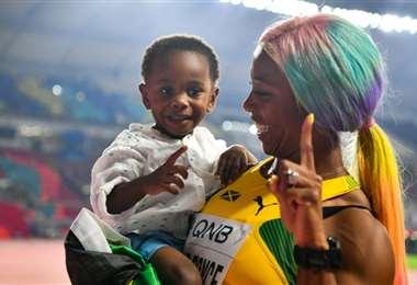 Shelly Ann Fraser-Pryce celebra con su hijo Zyon | AFP