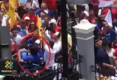 Fotógrafo del periódico La Nación fue agredido por manifestantes este martes