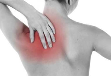 ¿Qué causa la rigidez y dolor en los hombros y cuello?