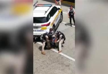 Detienen a sujeto sospechoso de patear a una oficial de tránsito en el Juan Santamaría