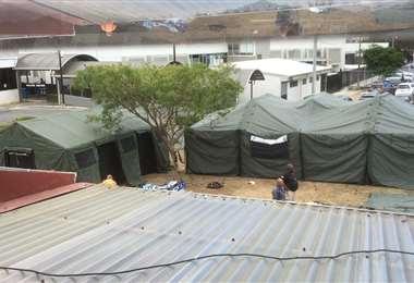 Instalación de hospital en las afueras de la Clínica Marcial Fallas.
