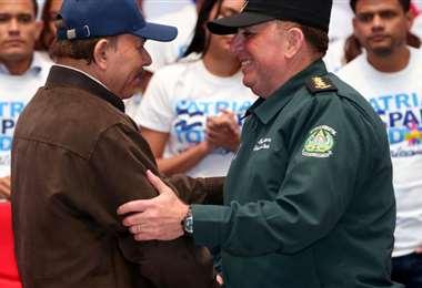 Daniel Ortega junto al general Julio César Áviles