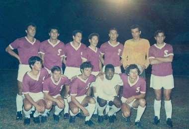 Pelé junto al Saprissa en 1972